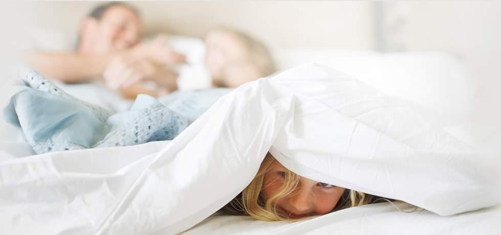 Famiglia a Letto su comodo materasso